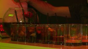 Vin chaud de barman de cocktails banque de vidéos