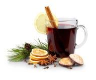 Vin chaud en verre avec le bâton de cannelle, bonbons à Noël Image stock