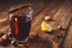 Vin chaud et épices sur le fond en bois Foyer sélectif Image stock