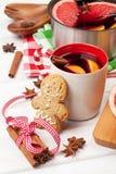 Vin chaud et bonhomme en pain d'épice de Noël Photographie stock libre de droits