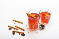 Vin chaud ou boisson chaude en verres avec des bâtons de décoration et de cannelle Verres avec du vin chaud ou la boisson chaude  Images libres de droits