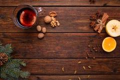 Vin chaud, poinçon et épices pour le glintwine sur la vue supérieure de fond en bois de table de vintage Photos stock