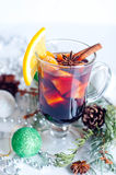 Vin chaud rouge chaud d'isolement sur le fond blanc Photos stock