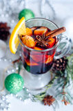 Vin chaud rouge chaud sur le fond blanc Photos stock