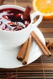 Vin chaud traditionnel avec les amandes et la cannelle Images stock