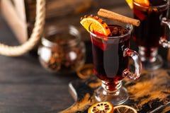 Vin chauffé avec l'épice et l'orange image libre de droits