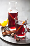 Vin chauffé avec l'orange et les épices Photographie stock libre de droits
