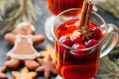 Vin chauffé Boisson chaude de Noël avec l'agrume, la pomme et les épices i Photo stock