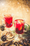 Vin chauffé par Noël Effet en baisse modifié la tonalité et dessiné de vintage de neige Images stock