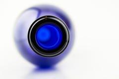 Wine dans la bouteille bleue d'isolement sur le fond blanc Photo stock