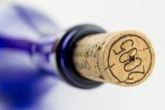 Vin bleu de bouteille avec du liège d'isolement sur le CCB blanc Image stock