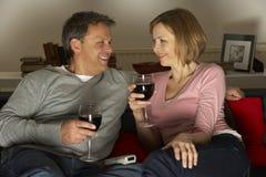 Vin de détente et potable de couples Photographie stock