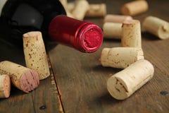 Vin de liège et bouteille de vin Photographie stock libre de droits