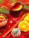 Vin de Miulled avec de la cannelle et l'orange image stock