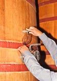 Vin de versement d'un bois, baril de vin dans une cave photo libre de droits
