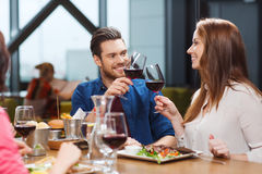 Vin dinant et potable de couples au restaurant Images stock