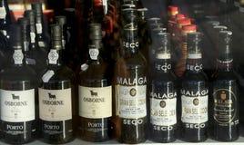 Vin espagnol dans une fenêtre de boutique Photo stock