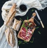 Vin et apéritif réglés : un verre de vin rouge, vaisselle de vintage, Image stock
