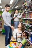Vin et bière de achat de couples photo libre de droits