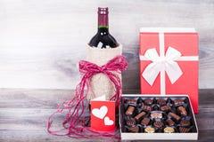 Vin et boîte de chocolats Images libres de droits
