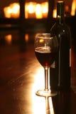 Vin et bouteille avec des bougies Photos libres de droits