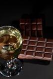 Vin et chocolat Relaxation de luxe de soirée avec un verre de wh Photo stock