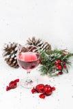 Vin et chocolats de luxe avec les pinecones et la neige Copiez l'espace Photos libres de droits