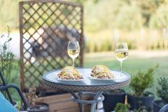 Vin et dîner sur une table d'arrière-cour Photos libres de droits