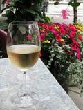 Vin et fleurs photos stock