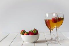 Vin et fraises sur le Tableau avec l'espace de copie Images libres de droits