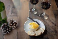 Vin et fromage sur la table en bois photographie stock libre de droits