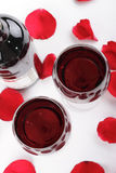 Vin et pétales roses Image libre de droits