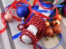 Vin et perles, boules de Noël Images libres de droits