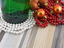 Vin et perles, boules de Noël réglées Photo libre de droits