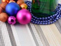 Vin et perles, boules de Noël réglées Photographie stock