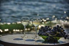 Vin et raisins sur la plage Photo stock