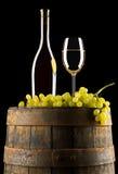 Vin et raisins sur le baril Image stock