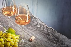 Vin et raisins sur une vieille table en bois photo stock