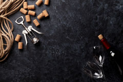 Vin, exponeringsglas och korkskruv Royaltyfri Foto