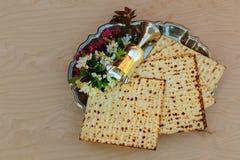 Vin för bästa sikt och judiskt påskhögtidbröd för matzoh över träbakgrund royaltyfri bild
