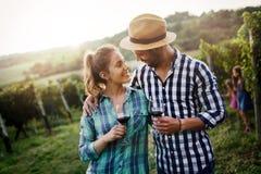 Vin för Winegrowerfamiljavsmakning royaltyfria foton