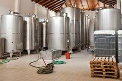 Vin fermentant dans des cuves énormes dans une cave photos libres de droits