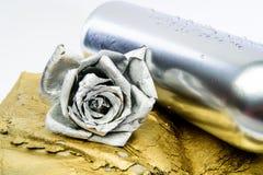 Vin floral Fleur en métal dans la bouteille argentée en acier Pièce forgéee et sculpture M?tal argent? Datte romantique Cadeau d' photo libre de droits