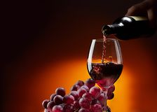 Vin från flaskan flödar in i exponeringsglaset royaltyfri fotografi