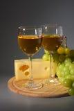 Vin, fromage et raisins Photographie stock