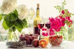 Vin, frukt, bär och blommor Royaltyfri Fotografi