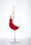 Vin i ett exponeringsglas på en vit bakgrund Begreppet av drycker Royaltyfria Bilder