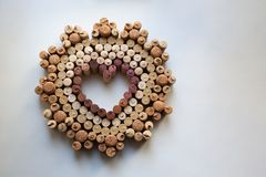 Vin korkar hjärtaemblemet på vit bakgrund royaltyfri fotografi