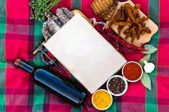 Vin med köttläckerheter Kryddig peppar, paprika, lagerbladar, gummin royaltyfri fotografi