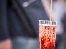 Vin mousseux avec des fraises fra?ches et une paille photographie stock libre de droits